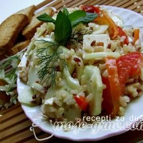 Letnja salata sa integralnim pirinčem