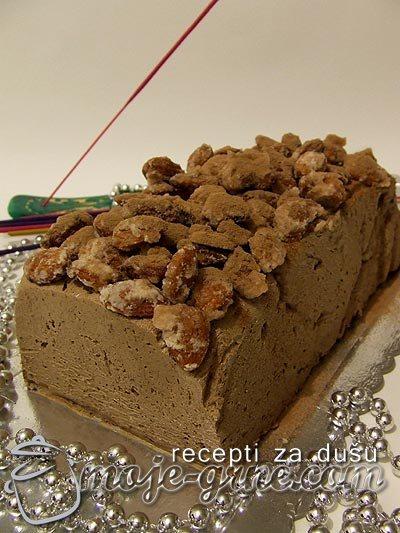 Čokoladni semifreddo sa ušećerenim bademima