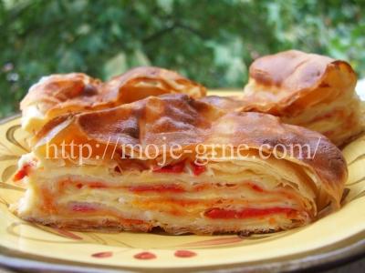 pita sa ajvarom i pecenim paprikama