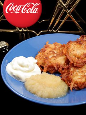 Palacinke od krompira sa sosom od kisele pavlake I pireom od jabuka (Latkes)