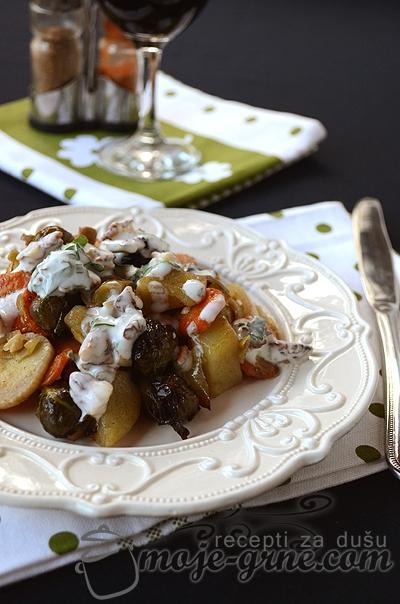 Zapeceno povrce sa prelivom od jogurta i oraha