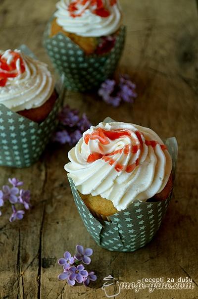 Cupcakes sa crvenim voćem i frostingom od krem sira