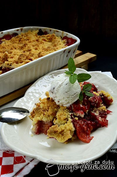 Desert od bresaka i mešanog crvenog voća