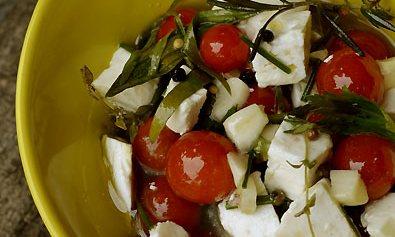 Kozji sir sa začinima i čeri paradajzom