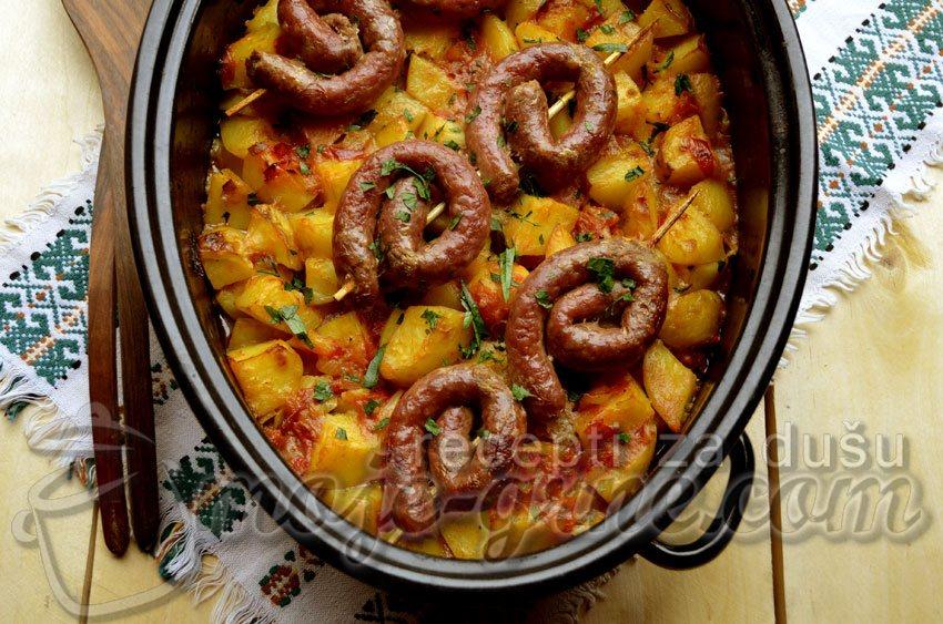 Krompir sa sosom od paradajza i kobasicama