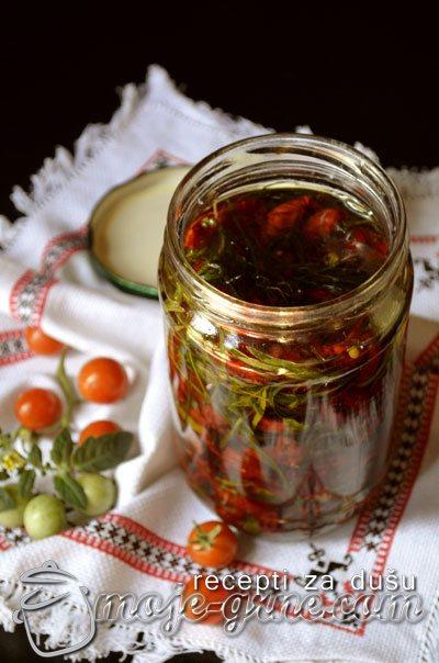 Čeri paradajz sušen na suncu