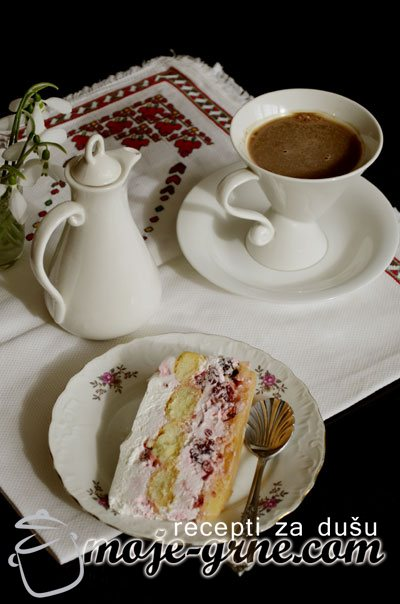 Piškota torta sa crvenim voćem