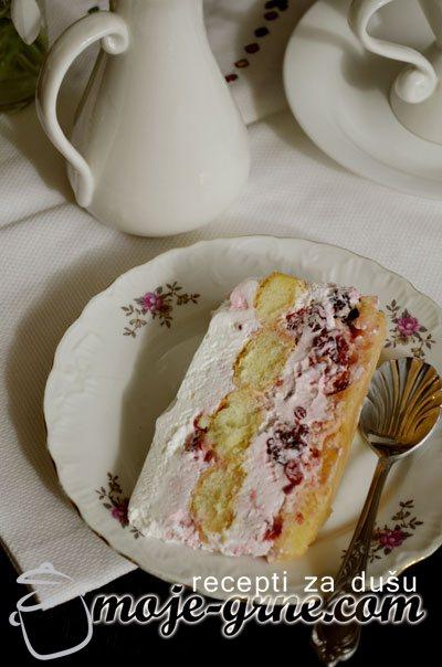 piskota torta sa crvenim vocem