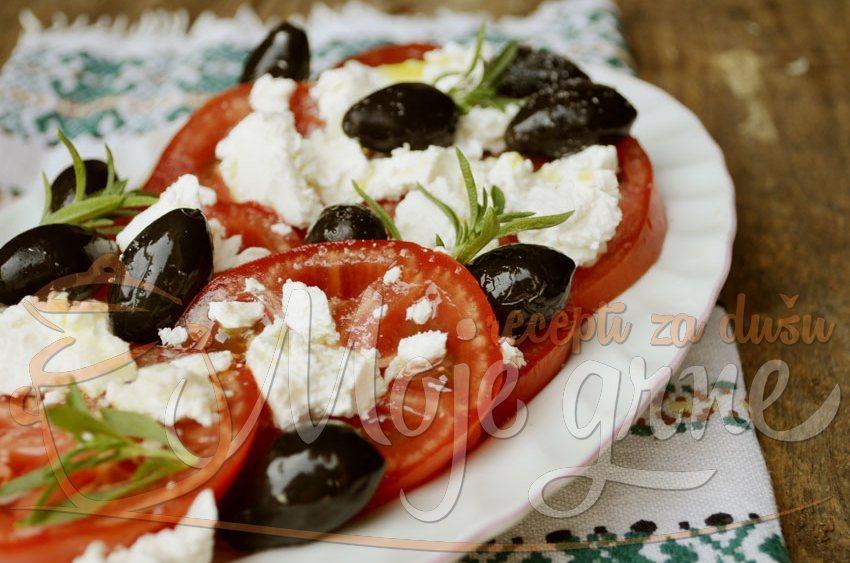 Paradajz salata sa fetom i maslinama