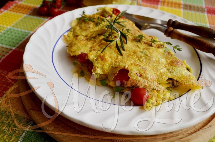 Omlet sa začinskim biljem i čeri paradajzom