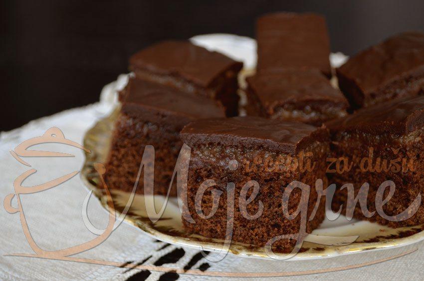 Brzi čokoladni kolač sa pekmezom