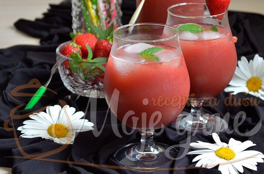 Domaći kašasti sok od jagoda
