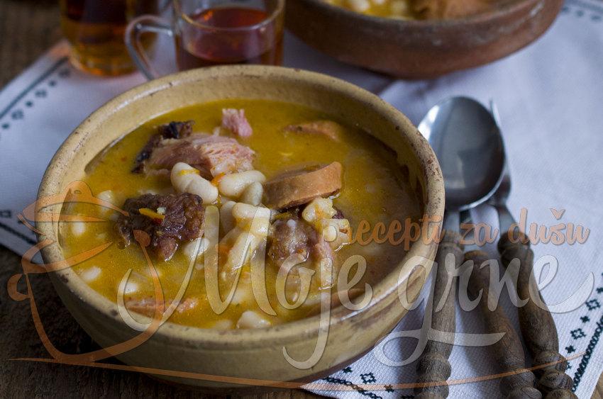 Čorbasti pasulj sa suvim mesom i kobasicama