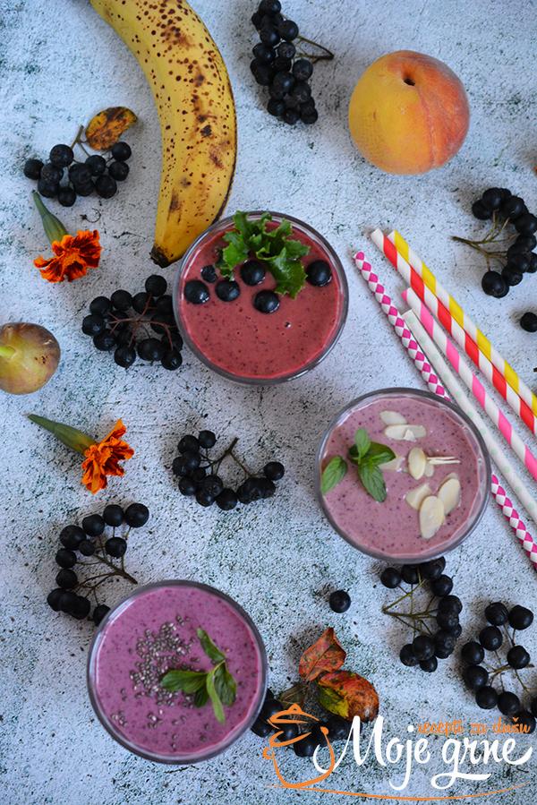 smuti od kefira i aronije Fruit smoothie made from kefir and aronia berries