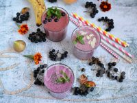 smuti od kefira i aronije Fruit smoothie made from kefir and aronia berries