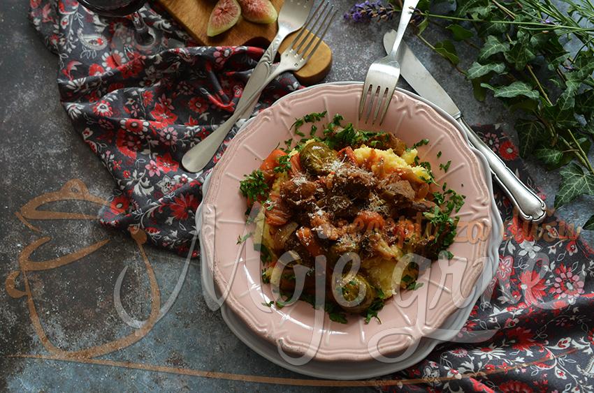 Srnetina sa povrćem i palentom